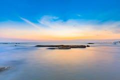 Długi ujawnienie strzał calmness morze i skała w zmierzchu zdjęcia royalty free