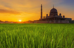 Długi ujawnienie Strzelający Putra Meczetowy Masjid Putra podczas wschodu słońca Zdjęcia Royalty Free