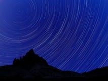 Długi ujawnienie wizerunek pokazuje nocne niebo gwiazdy ślada obrazy stock