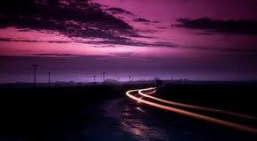 Długi ujawnienie wizerunek samochody przechodzi na halnej drodze zdjęcie royalty free
