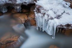 Długi ujawnienie zatoczki wody spływanie z zamarzniętą obcieknięcie wodą, naturalna zima Fotografia Stock