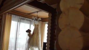 Długi widok młoda urocza blondynki panna młoda dotyka jej eleganckiego ślubnej sukni obwieszenie na i cieszy się zdjęcie wideo