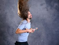 Długi z włosami młody człowiek z kartonową gitarą Zdjęcie Royalty Free