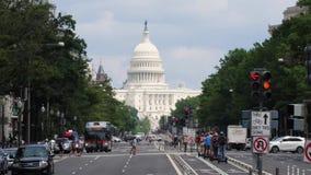 Długi zwolnione tempo ustanawia strzał Capitol kopuła i Pennsylwania aleja zbiory