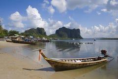 Długich ogonów łódź i skały, Kapeluszowa Yao plaża, Trang, Tajlandia obrazy stock