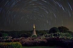 Długie gwiazdy wlec wokoło północnej gwiazdy nad świątynią, Tajlandia Fotografia Stock
