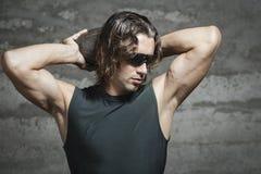 Długie włosy atleta z zielonym podkoszulkiem bez rękawów obrazy royalty free