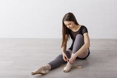 Długie włosy baletniczy tancerz przygotowywa dla tana fotografia royalty free