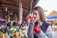 Długie włosy dziewczyna na rynku z warzywami zdjęcia stock