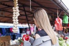 Długie włosy dziewczyna na rynku z warzywami zdjęcie stock