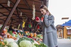 Długie włosy dziewczyna na rynku z warzywami obraz stock