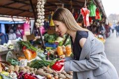 Długie włosy dziewczyna na rynku z warzywami obrazy stock