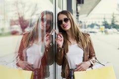 Długie włosy dziewczyna patrzeje na sprzedaży w sklepowym okno obrazy royalty free