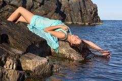 Długie włosy kobieta sunbathing zdjęcia royalty free