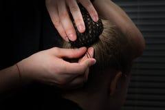 Długie włosy zbiera w sztywno pliku w siatce i ryzykuje z stadninami, obrazy royalty free