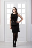 Długiego moda modela czerni smokingowy pozować w pracownianego loft domu wewnętrznych drzwiach behind Fotografia Stock