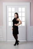 Długiego moda modela czerni smokingowy pozować w pracownianego loft domu wewnętrznych drzwiach behind Fotografia Royalty Free
