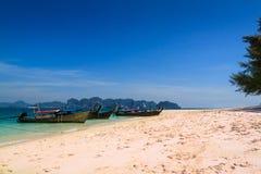 Długiego ogonu łódź na plaży pięknym piękna niebieskim niebie i, poda Obrazy Royalty Free