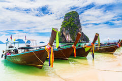 Długiego ogonu łódź na tropikalnej plaży i skale, Railay, Tajlandia Fotografia Stock