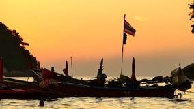 długiego ogonu łódź nawracał w andaman morzu z złotym światłem słońce przed zmierzchu i łodzi tłem zdjęcie wideo