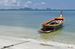 Długiego ogonu łódź przy Haad Sivalai plażą na Mook wyspie Zdjęcia Stock