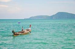 Długiego ogonu łódź siedzi na morzu, Phuket wyspa, Tajlandia obraz royalty free