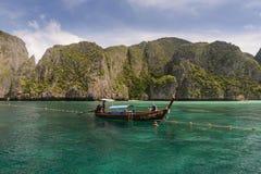 Długiego ogonu łódź w majowie zatoce, Ko Phi Phi Zawietrzna wyspa, Krabi w Tajlandia zdjęcie stock