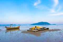 Długiego ogonu łódkowaty parking w morzu Obrazy Stock