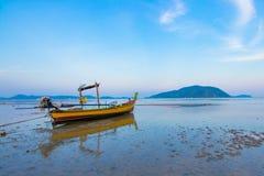 Długiego ogonu łódkowaty parking w morzu Obrazy Royalty Free