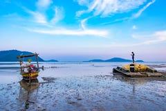 Długiego ogonu łódkowaty parking w morzu Zdjęcia Royalty Free