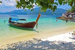 Długiego ogonu turyści na wakacje i łódź Obraz Stock