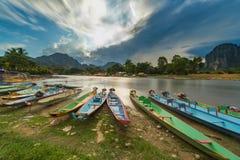 Długiego ujawnienia i długiego ogonu łodzie na nawa pieśniowej rzece w Vang vien zdjęcia stock