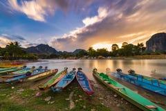 Długiego ujawnienia i długiego ogonu łodzie na nawa pieśniowej rzece w Vang vien obrazy stock