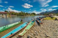 Długiego ujawnienia i długiego ogonu łodzie na nawa pieśniowej rzece w Vang vien zdjęcia royalty free