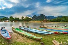 Długiego ujawnienia i długiego ogonu łodzie na nawa pieśniowej rzece w Vang vien obraz royalty free