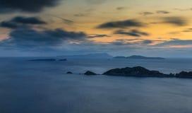 Długiego ujawnienia Panoramiczny Seascape przy półmrokiem Widok faleza w zdjęcie royalty free