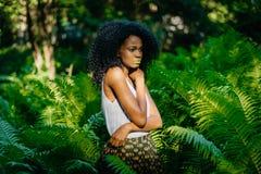 Długość horyzontalny portret atrakcyjny afrykanina model z zielonymi eyeshadows i pomadki zamyślenia patrzeć Obrazy Stock