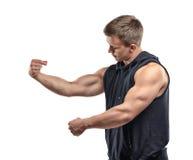 Długość młody mięśniowy mężczyzna pozować i przedstawienia zbroimy mięśnie, bicepsy Fotografia Royalty Free