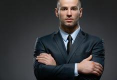 Długość portret biznesowy mężczyzna z krzyżować rękami Zdjęcia Royalty Free