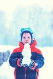 Długość portret chłopiec która stoi w zima parku trzyma sm Zdjęcie Stock
