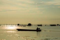 Długoogonkowa łódź Przy wioską rybacką Zdjęcia Royalty Free
