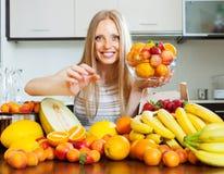 Długowłosa kobieta bierze owoc od stołu Fotografia Stock