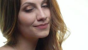 Długowłosej brunetki śliczny ono uśmiecha się zbiory wideo