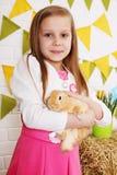 Długowłosy dziewczyny uderzania królik Zdjęcia Stock