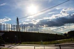 Dźwiękochłonny szkło ekran wzdłuż drogi w centrum miasta Czerń kontury ptaki na szkle Tło Zdjęcia Stock