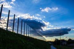 Dźwiękochłonny szkło ekran wzdłuż drogi w centrum miasta Czerń kontury ptaki na szkle Tło Obraz Royalty Free