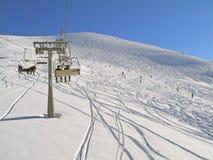 dźwignięcia góry narciarki obraz royalty free