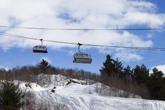 Dźwignięcia i piste skłon w ośrodku narciarskim Obrazy Stock