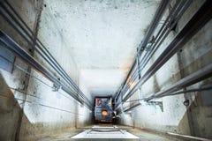 Dźwignięcia machinist naprawiania winda w dźwignięcie dyszlu Obrazy Royalty Free