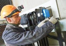 Dźwignięcia machinist naprawiania winda w dźwignięcie dyszlu Obraz Stock